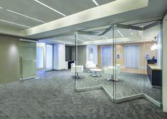 """La vetrata """"Accord"""" senza guide a pavimento permette di dividere l'ambiente con un tocco di classe."""
