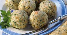 Semmelknödel gehören zur typisch-bayerischen Hausmannskost. Ganz klassisch werden sie zu Rahmschwammerl oder Braten serviert.