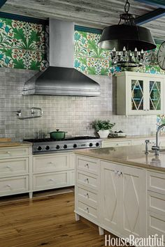 Lush and Colorful The exterior of a Long Island house was done in an English Lutyens style, so designer Stephen Sills gave the kitchen the same feeling. The William Morris print steals the show, but all the carefully considered details make it work. Kitchen And Bath, New Kitchen, Kitchen Dining, Kitchen Decor, Kitchen Cabinets, Kitchen Ideas, Beautiful Kitchens, Cool Kitchens, Beautiful Homes