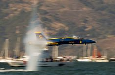 AHHH! My fav routine. The super sonic boom over the water. Imagine being on a boat and u see this LIVE! :D