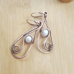 Beautiful pearl earrings with antiqued copper. This copper wire jewelry is entirely handcrafted and adorned with white freshwater pearls. Also the earwires are handmade. Measurements: the earrings are 2.16inches long (5.5cm) including the handmade earwires. l treat all my copper