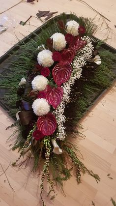 Vence, Flower Arrangements Simple, Funeral, Christmas Wreaths, Floral Wreath, Arts And Crafts, Holiday Decor, Flowers, Christmas Decor