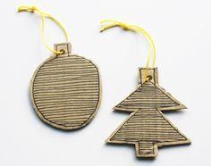 Knutselen en Kerst horen bij elkaar! Van karton kun je prachtige papieren kerstballen en versiering maken. Upcycling van oud papier, en iedereen kan meedoen met knutselen.