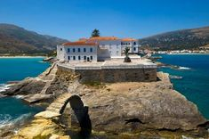 Discover the beaches, go hiking, taste the local gastronomy and other top things to do in Andros island, a fantastic place in Greece. Places In Greece, Go Hiking, The Locals, Things To Do, Island, Adventure, Mansions, House Styles, Beach