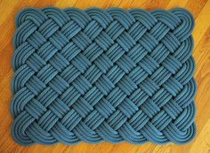 How To Make a Rope Rug II - instructions farther down on page Rope Crafts, Diy And Crafts, Rope Rug, Climbing Rope, Braided Rugs, Rug Hooking, Handmade Rugs, Creations, Weaving