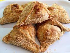 Pilavuna hellim ile yapılan poğaça benzeri çok güzel bir çörek. İsmi yanıltmasın pilav ile hiç alakası yok, zaten içinde pirinç de yok. Kıbrıslı Türklerin pilavuna dediği bu tuzlu çörek aslında Rum Kesimi için de çok önemli bir lezzet. Rumlar, tıpatıp aynısını Paskalya yortusunda yapıyorlar ve flaounes olarak adlandırıyorlar. Pilavuna aslında talar peyniri ile yapılıyor. Talar,