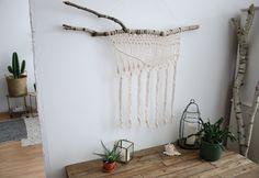 Wir zeigen Euch in unserem DIY, wie Ihr in wenigen Schritten einen raffinierten Wandbehang selber machen könnt und Eure heimischen Wände verschönert.