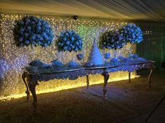 Mesa de bolo decorada com cortina de led dourada.