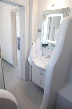 Πατητή τσιμεντοκονία στο ξενοδοχείο Evgenia Lemnos Seaside Resort. Εφαρμογή από τον Τάσο Νούνη. Δείτε το προφίλ του στο spitiexperts.gr Polished Concrete, Small Apartments, Bathtub, Cabinet, Bathroom, Storage, Handmade, Furniture, Home Decor