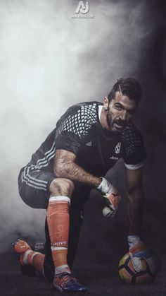 Gianluigi Buffon is juventus' amazing goalie. Buffon has conceded 799 goals throughout his career as a goalie. He is also one of the only italians to play 1000 (professional) games. Football Players Images, Football Cards, Soccer Players, Football Drills, Football Is Life, Football Soccer, Juventus Fc, American Football, Soccer Photography