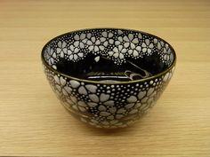 桜柄の抹茶碗のご紹介です。黒い釉薬の上に桜の花びらが無数に描かれています。桜の花びらは盛って塗られていて、浮き上がって見えます。また、流水が銀色で描かれており、水の流れを感じることが出来ます。黒地に白い桜が映え、とてもきれいな抹茶碗に仕上がっています。桜の花が細かくたくさん描かれていて、大変な手間と技術がかけられています。大きさは手におさまる程で、ちょうどいいサイズです。夜桜を想わせる、春にふさわしいお茶椀% Japan, Tableware, Dinnerware, Tablewares, Dishes, Place Settings, Japanese