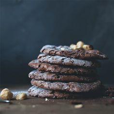 """Наша рубрика """"Готовим вместе"""" пополняется волшебными рецептами выпечки, которыми можно порадовать близких и родных по выходным или вечерам, или захватить с собой в гости, и мы этому очень рады! Сегодня мы вместе с Дарьей Ганихиной мы делимся с вами несложным, но очень вкусным рецептом шоколадного печенья, которое как будто тает во рту!"""