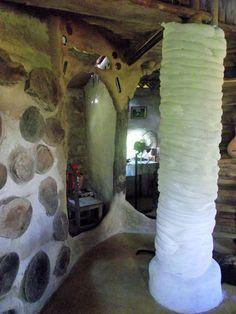 interior da Casa de Cupim, pantanal norte de MT. Mangueras de barro em colunas de bamboo.