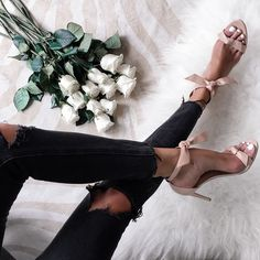 It's almost Friday, what's better then white roses, leather ankle-tie sandals and a pair of shredded skinny jeans for a major Cali vibe #shopmodavou #modavou