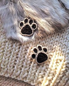 Cats paws - Diy idea for beaded earrings Bead Embroidery Jewelry, Beaded Embroidery, Beaded Brooch, Beaded Earrings, Bead Jewellery, Beaded Jewelry, Bead Crafts, Jewelry Crafts, Jewelry Ideas
