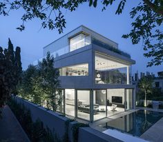 """Pitsou Kedem design a home of concrete and glass Tel Aviv-based studio Pitsou Kedem, have designed the """"Concrete Cut"""" house in Ramat Gan, Israel. From the street, you can see that the mostly concrete. Modern Exterior, Exterior Design, Pitsou Kedem, Villa, Up House, Concrete Design, Concrete Facade, Modern Buildings, Modern House Design"""