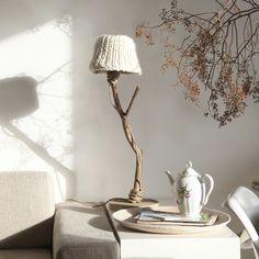 houten tafellamp witte kap van DUTCH DILIGHT   Markita.nl