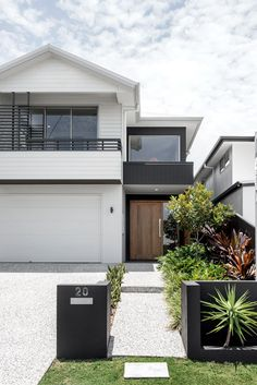 Kalka Facade - Luxury Home Builders Brisbane Exterior House Colors, Exterior Design, Interior And Exterior, Exterior Stairs, Wall Exterior, Black Exterior, Facade Design, Style At Home, Weatherboard House