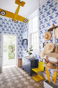 OK, let's make one thing clear. Blank, boring, and plain walls are a thing of the past. If you want to add personality to your home, then install wallpaper. Yes, choosing the right wallpaper can instantly transform a space, especially in small areas like a narrow entryway, hallways, or small bathroom or dining space. British Colonial Style, Colonial Style Homes, Top Interior Designers, Interior S, Classic Interior, Modern Interior, Veranda Magazine, New York City Apartment, Custom Sofa