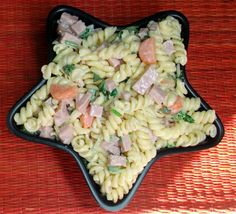 Ensalada de coditos y jamón: Una ensalada de pasta como esta es versátil y gusta a casi todo el mundo.