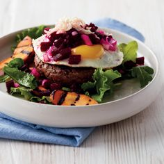 Pariserbøf med spejlæg Salmon Burgers, Hamburger, Maj, Ethnic Recipes, Food, Skinny, Meal, Essen, Hamburgers