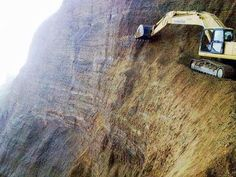 Excavadora apurando los límites
