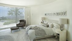 Une des chambres de cette jolie maison d'architecte remise à neuf