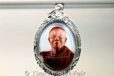 Logget Ruun Phra Ratcha Vitthayakom Thai Amulett des ehrwürdigen Luang Pho Koon Parisuttho Abt des Wat Banrai in Tambon Kut Piman, Amphoe Dan Khun Thod, Changwat Nakhon Ratchasima (Khorat), Isaan, Nordost-Thailand vom 05.12.2002 (BE 2545). Luang Pho Koon erschuf das Amulett anlässlich des Vatertags und zu Ehren des 75. Geburtstags seiner Majestät König Bhumibol Adulyadej Rama 9 von Thailand in einer Miniserie von nur 297 Stück!
