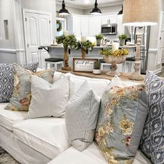 Are you looking for inspiration for farmhouse living room? Check this out for amazing farmhouse living room inspiration. This cool farmhouse living room ideas appears to be brilliant. Home Living Room, Living Room Designs, Cottage Chic Living Room, Living Room Ideas 2020, Country Farmhouse Decor, Modern Farmhouse, French Country Living Room, Farmhouse Ideas, Country Stil