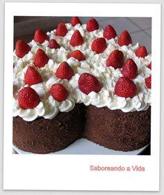 Bolo de Aniversário Especial - Bolo de Festa - Massa de chocolate + brigadeiro mole no recheio + morangos + ganache + chantilly e + morangos no topo do bolo!
