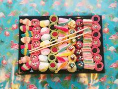 Bandeja de Sushi www.lachucheteria.com Sushi Cupcakes, Sushi Cake, Diy Sushi, Sushi Party, Gummy Sushi, Candy Sushi Rolls, Candy Theme Birthday Party, Gummy Bear Candy, Dessert Sushi