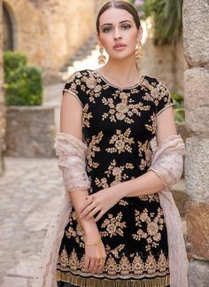 Black and Light Pink Velvet Punjabi Suit – Lashkaraa Punjabi Dress, Pakistani Dresses, Indian Dresses, Indian Outfits, Saree Dress, Designer Punjabi Suits, Indian Designer Wear, Salwar Suit Neck Designs, Latest Salwar Suits