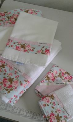 KIt escolinha integral floral 5 pçs | Amor por inteiro Kids | Elo7 Kitchen Towels Crafts, Towel Crafts, Diy Home Crafts, Sewing Crafts, Folding Fitted Sheets, White Flowering Plants, Crochet Projects, Sewing Projects, Baby Sheets