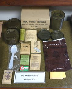 c rations vietnam war Military Food, Military Life, Military History, Military Service, Military Weapons, Military Army, Ration Militaire, Airborne Army, Vietnam War Photos