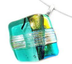 Hanger handgemaakt van helder turquoise glas met divers groen dichroide glas!