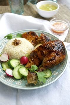 Chicken rice is sold everywhere in Malaysia, be it in air conditioned restaurants or in the iconic hawker stalls. It is equall. Aroma Rice Cooker, Hainanese Chicken, Chicken Rice Recipes, Asian Street Food, Malaysian Food, Asian Recipes, Vietnamese Recipes, Asian Cooking, Food Diary