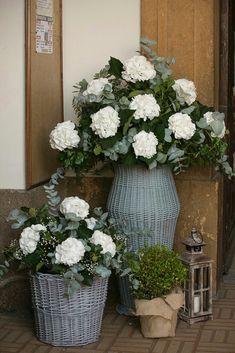 Cestos de mimbre con flores en la puerta de la iglesia
