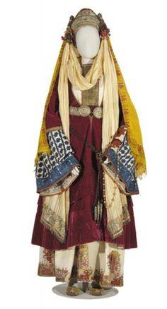 Νυφική φορεσιά με «ζατούνι», το πολύπτυχο βελούδινο φόρεμα. Αστυπάλαια, 19ος αι. Δωρεά Ελένης Ευκλείδη