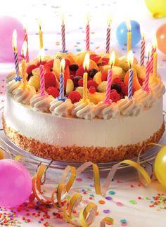 Verjaardagstaart met bresilienne en vers fruit http://njam.tv/recepten/verjaardagstaart-met-bresilienne-en-vers-fruit