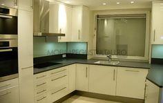 Mobila de bucatarie alba Bathroom Lighting, Kitchen Cabinets, Furniture, Ideas, Home Decor, Bathroom Light Fittings, Bathroom Vanity Lighting, Decoration Home, Room Decor