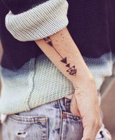 flèche originale et moderne en tant que tatouage sur l'avant-bras