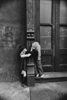 "my-retro-vintage: ""Sisters NYC by Jill Freedman 1970 "" Photo Black, Black White Photos, Black And White Photography, Vintage Photography, Art Photography, Silhouette Photography, Foto Art, Street Photographers, Belle Photo"