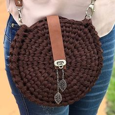 Straw and crochet woven bags and clutches are the latest fashion trends this season. The neutral colors are the main trend of the bohemian straw and crochet Crochet Handbags, Crochet Bags, Love Crochet, Crochet Clutch, Crochet Purses, Knit Crochet, Fabric Handbags, Purse Patterns, Crochet Patterns