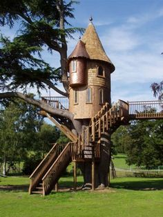 Castle Tree House for my someday grandbabies. Cubby Houses, Play Houses, Woodland House, Backyard Trees, Cool Tree Houses, Cabins And Cottages, Log Cabins, Big Garden, In The Tree