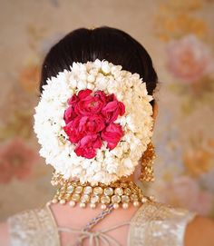 Trendy indian bridal hair style with roses ideas Bridal Hairstyle Indian Wedding, Bridal Hair Buns, Bridal Hairdo, Wedding Braids, Indian Wedding Hairstyles, Bridal Flowers, Flowers In Hair, Flower Bun, Braut Make-up