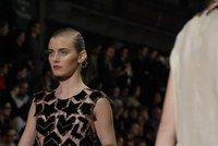 Dutt bei Yves Saint Laurent, Philippe O'Reilly - Beauty Trends auf den Laufstegen FS 2008: Makeup und Frisuren der Models  - Der Dutt zeigt sich bei Yves Saint Laurent nüchtern und unscheinbar. Die Haare werden mit Pomade bestrichen, geglättet, flach gedrückt und mit einem Seitenscheitel zu einem Mini-Dutt im Nacken festgesteckt...