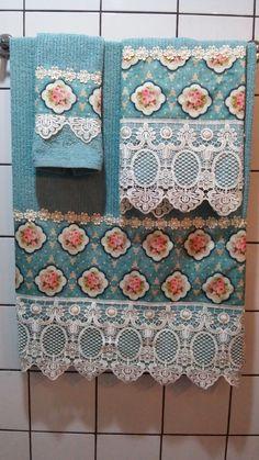 Jogo de toalha de banho 3 peças, banho rosto e lavabo. Toalha 100 % algodão, com estampa de rosas delicadas e barrado de guipir com detalhes em pérolas bordadas manualmente. Uma peça luxuosa para quem quer ter um banheiro decorado com requinte e bom gosto. Ideal também para presentear quem gosta ... Valance Curtains, Diy And Crafts, Sewing Projects, Towel, Inspiration, Design, Home Decor, Bath Towels & Washcloths, Hand Towels