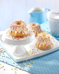 Mini almond ring cake with confetti-Mini-Mandel-Gugelhupfe mit Konfetti Cupcakes with almonds for the coffee table - Chocolate Donuts, Chocolate Strawberries, Making Chocolate, Mini Desserts, Fall Desserts, Cake Recipes, Snack Recipes, Dessert Recipes, Dessert Blog