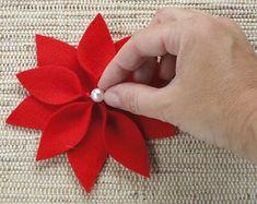 Best 12 White Burlap Poinsettia – Page 279645458090303841 – SkillOfKing. Felt Christmas Decorations, Felt Christmas Ornaments, Easy Christmas Crafts, Christmas Projects, Simple Christmas, Christmas Wreaths, Felt Flowers, Fabric Flowers, Poinsettia