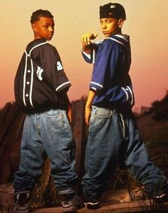 As 'Mac Daddy' Chris Kelly, one half of rap duo Kris Kross, who famously wore their baggy jeans back to front, passes away, look back at the signature style flourishes favoured by celebrities. Hip Hop 90, Mode Hip Hop, Hip Hop And R&b, Hip Hop Fashion, 90s Fashion, Male Fashion, Jamel Shabazz, New School Hip Hop, Kris Kross